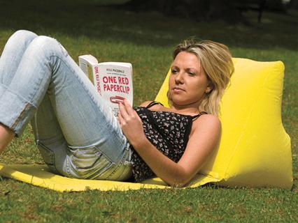 Strandmatte Wickedwedge als praktisches Lesekissen für den Park