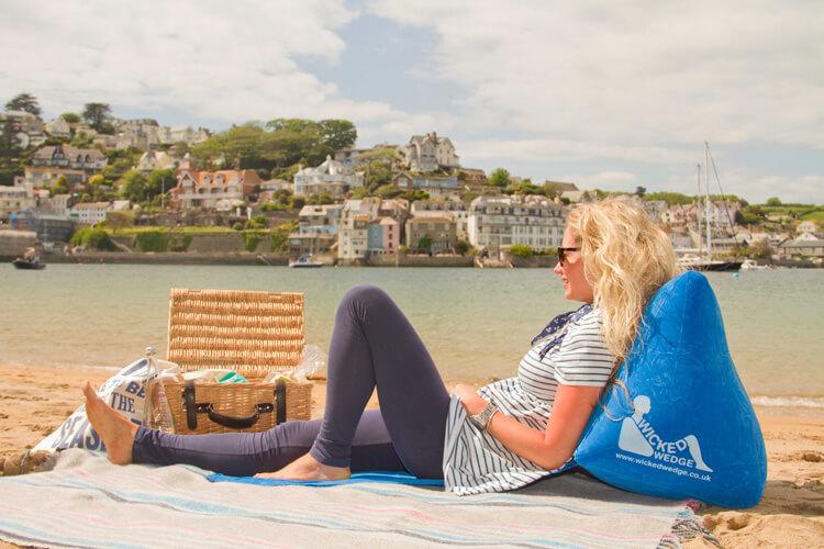 Aufblasbare Strandmatte mit Rückenlehne - WickedWedge